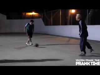 Дедушка играет в футбол