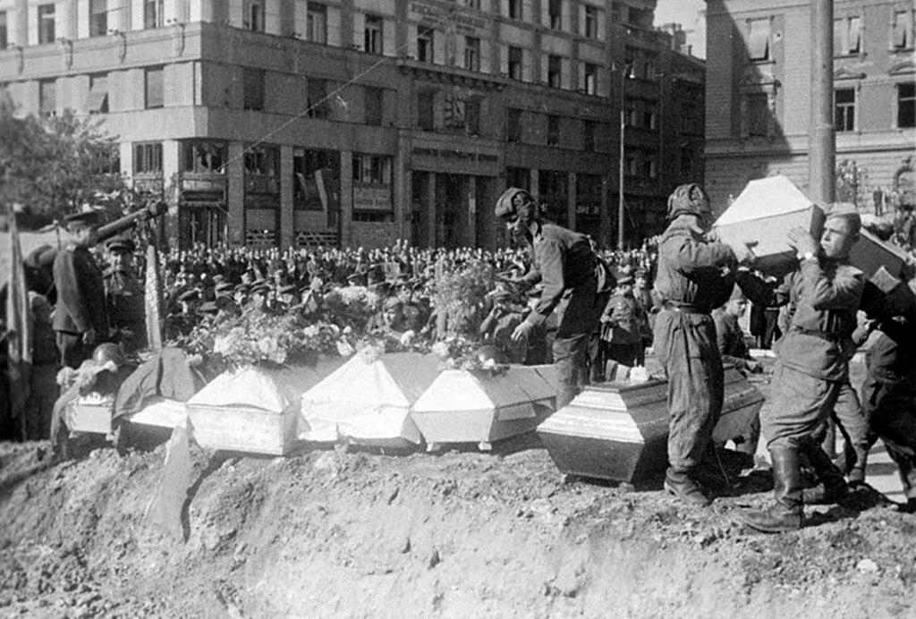 Похороны советских и югославских воинов. Белград. 1944 г.