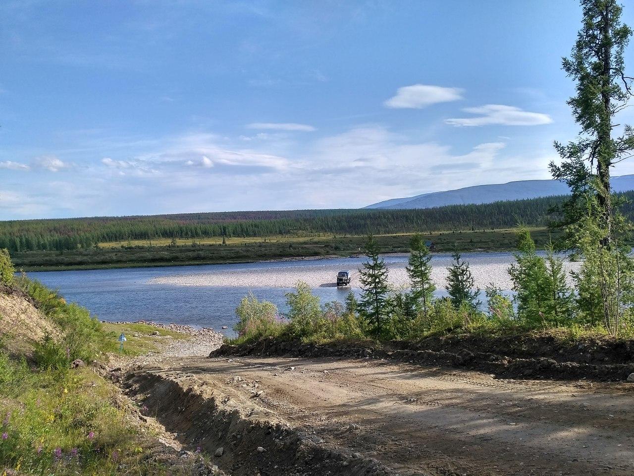 Вахтовка преодолевает реку Кожим вброд