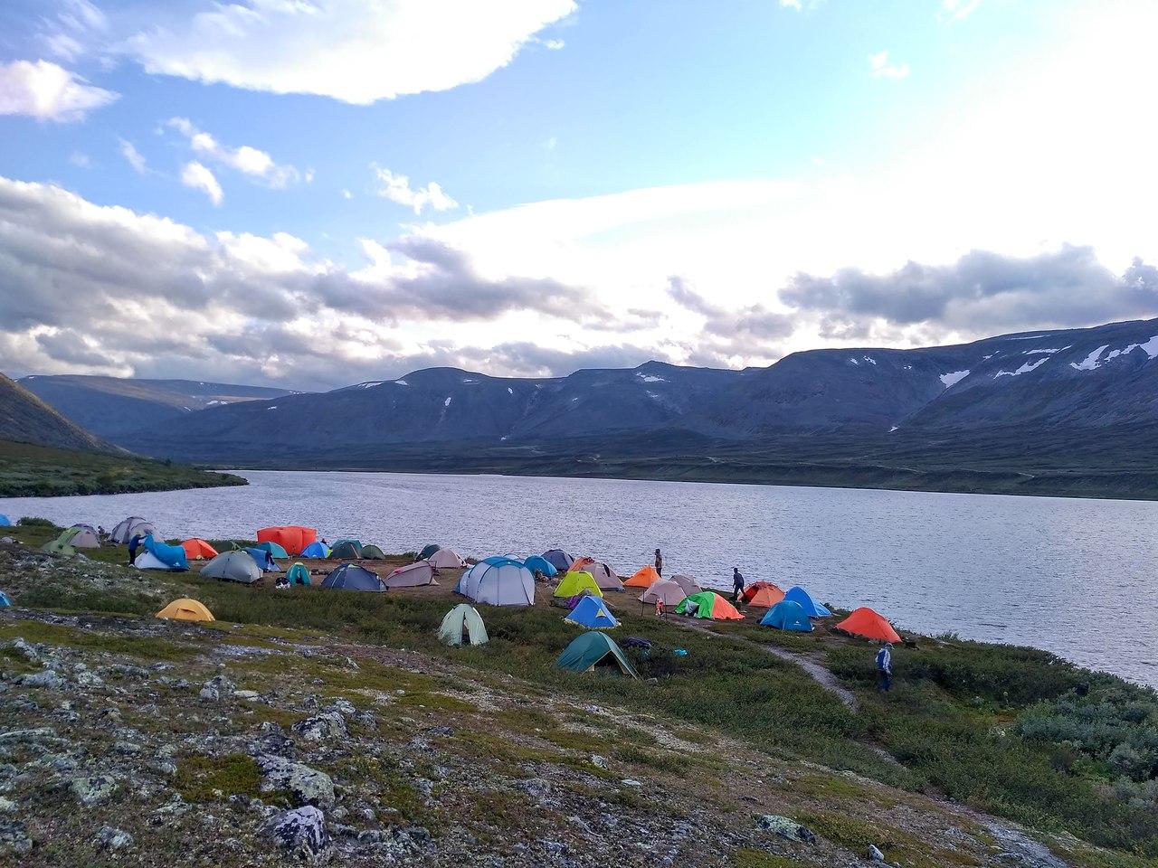 Наш палаточный лагерь на Берегу озера Балбанты. На заднем плане хребет Малдынырд