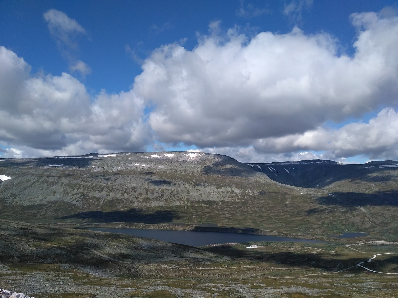 Вид на Малдынырд и тени облаков, плывущих над тундрой.