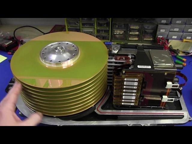 старый жёсткий диск из конца 70-х годов 70's hard drive