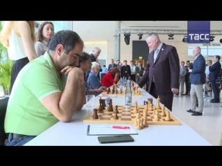 Шахматист Карпов провел сеанс одновременной игры с немецкими парламентариями