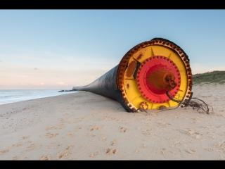 Огромные чёрные трубы вынесло к берегам Великобритании