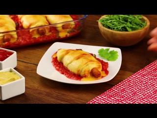 Сосиска в тесте с томатным соусом