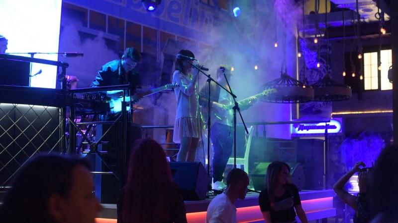 На сцене АРТ-Кафе «Седьмое небо» группа АНТРАКТ!