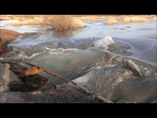Как паводок рушит дамбы Наводнение в Караганде р Кокпекты 2015