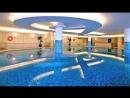 Для бассейнов обычно используется мозаика из стекла или из глазурованной керамики. Они не разрушаются от воды и содержащейся в