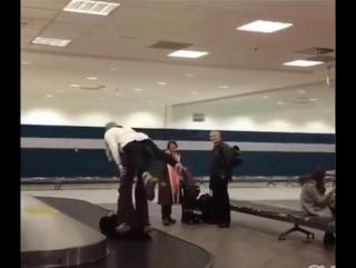 Ждешь свой багаж, а тут такое 😆
