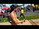 Manifestante tenta jogar roj