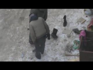 Мужики бомжы шизофреники на улице голодают у мусорки Видео прикол больные психи ужасы уроды люди пьяницы алкаши