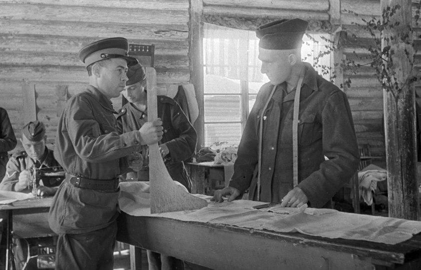 Немецкие, венгерские и румынские военнопленные на работе в швейной мастерской.