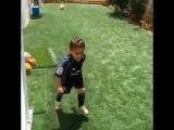 Малыш, который думает, что он Криштиану Роналду