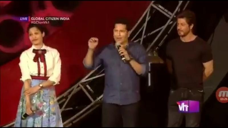 Shah Rukh Khan with King of cricket Sachin Tendulkar at the GlobalCitizenIndia event in Mumbai » Freewka.com - Смотреть онлайн в хорощем качестве