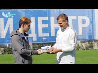 16-летний болельщик Никита Копылов вручил Александру Кокорину приз лучшего игрок