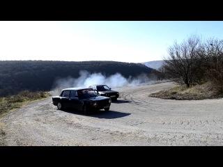 Drift BMW e30 m20b27 vs ваз 2101 16v турбо на серпантине.