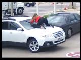 В США женщина до конца боролась за свой автомобиль, когда бандиты хотели его украсть на АЗС.