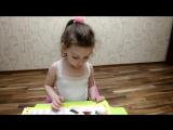 Афина читает первые слоги