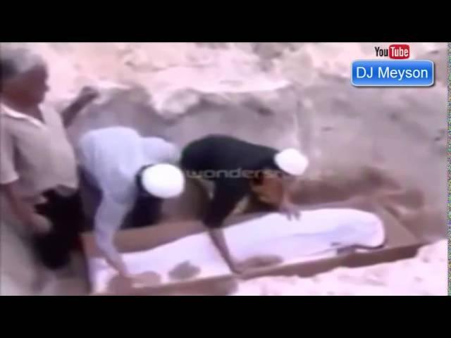 Malaziyada Defin Zamani ilan Qebirden el cekmir ve Cenaze ile birlikde basdirilir - (Qebir Ezabi) 1