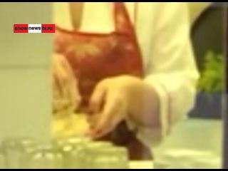 Ужас! Работница столовки раскладывает салат голыми руками. Real video
