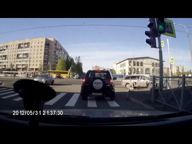 Авария 23 05 2017 на пересечеении Кустодиева ул. и пр. Просвещения