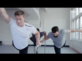 Мужчины на занятии с профессиональной балериной выглядят очень весело