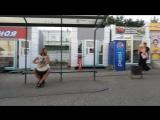 Уличный музыкант у ЖД вокзала в день ВДВ играет на джембе. Омск