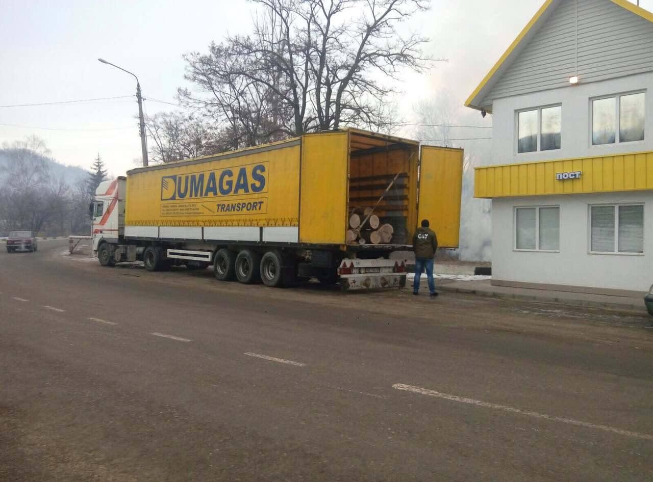 Вантажівку з контрабандною деревиною затримали у Вижниці