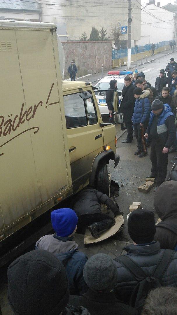 На Марка Вовчка тротуар провалився під землю (ФОТО)