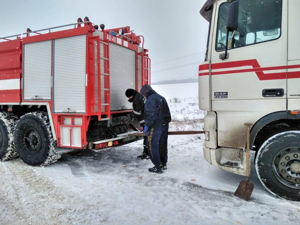 60 вантажівок рятувальники витягли зі снігового полону (ФОТО+ВІДЕО)