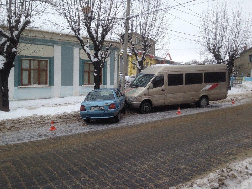 ДТП на Чкалова: зіштовхнулися мінібус та легковик