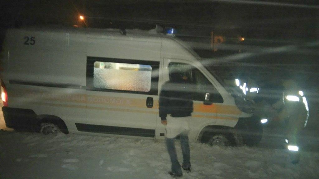 Майже 50 автівок вивільнили зі снігових заметів рятувальники. У ДСНС продовжує надавати допомогу буковинцям (ФОТО, ВІДЕО)