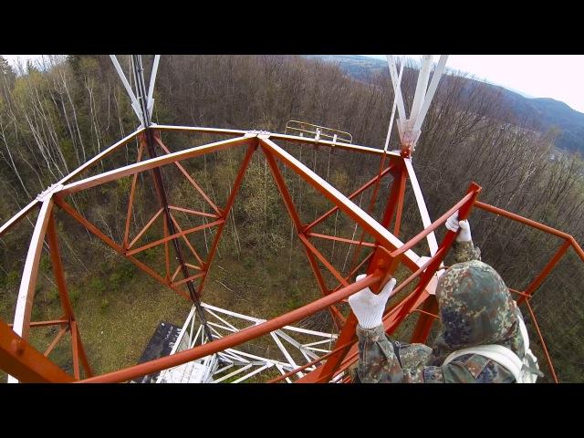 Two dudes on the radio tower   Вилізли на радіовишку, зацінили як вона