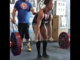 Сара Левис, приседания 220 кг, жим лёжа 120 кг и тяга 220 кг