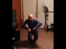 мужик классно танцует