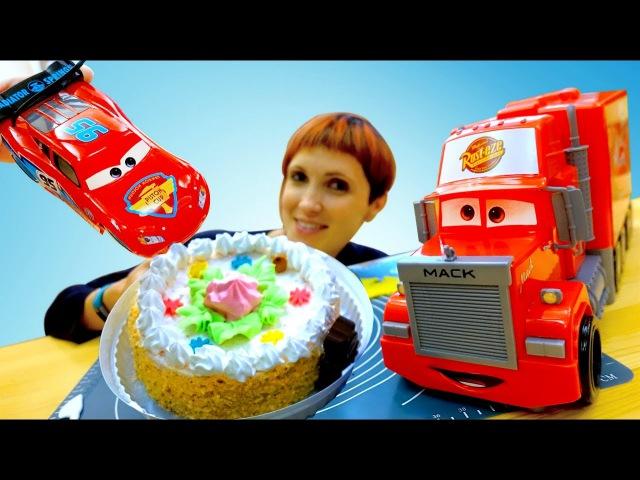 МашаКапукиКануки и игрушки СуперКрылья, Маквин (Тачки) и Мак Трак украшают торт...