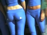 Девушки в обтягивающих штанах на гонках