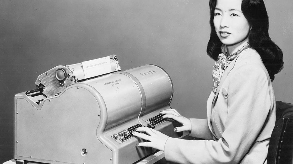 Китаянка с пишущей машинкой, способной печатать более 5 тыс. различных знаков, 1947 год.