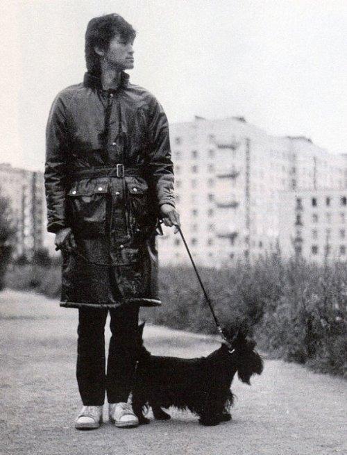 Виктор Цой со своим псом Билом во время прогулки, 1985 год.