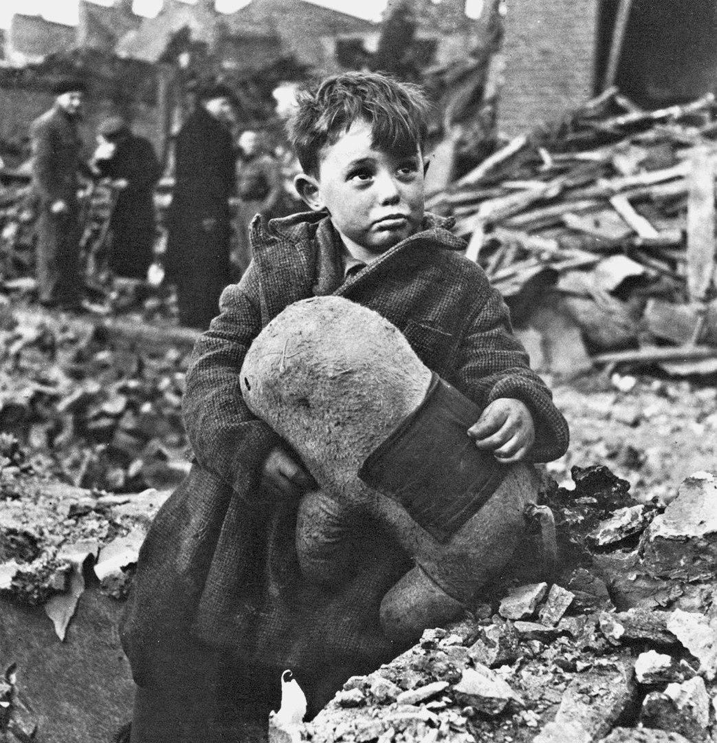 Лондонский мальчик на развалинах своего дома, разрушенного ракетой Фау-2, Вторая мировая.