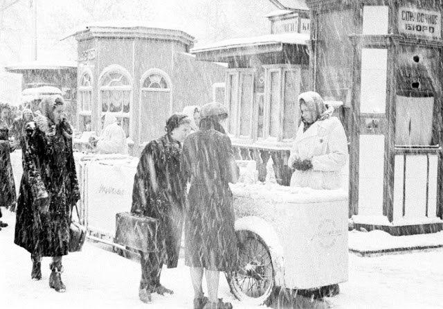 Женщины покупают мороженое, Москва, 1968 год.