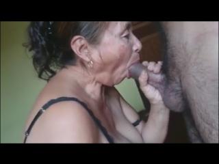 Сосёт бабка