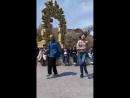 Дедушка танцует с внучкой видео –