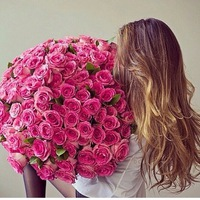 Брюнетка с цветами без лица
