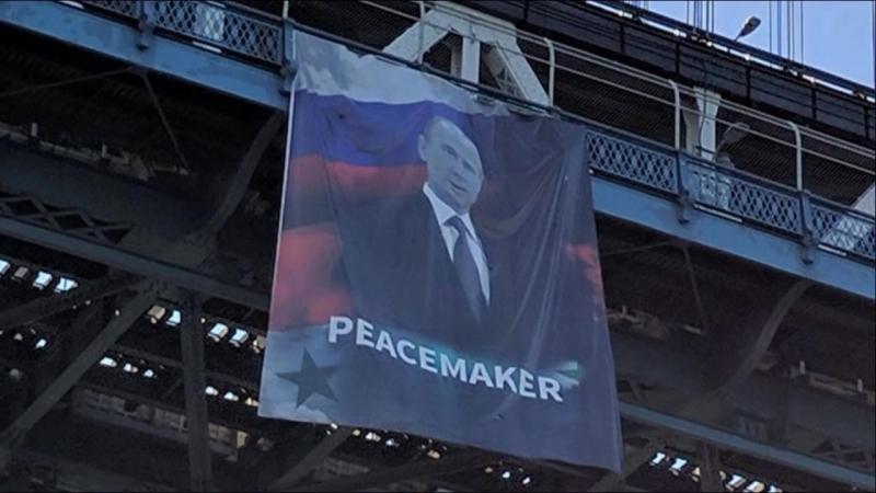 """На Манхэттенском мосту в США вывесили плакат с Путиным и надписью """"Миротворец"""" (06.10.2016)"""