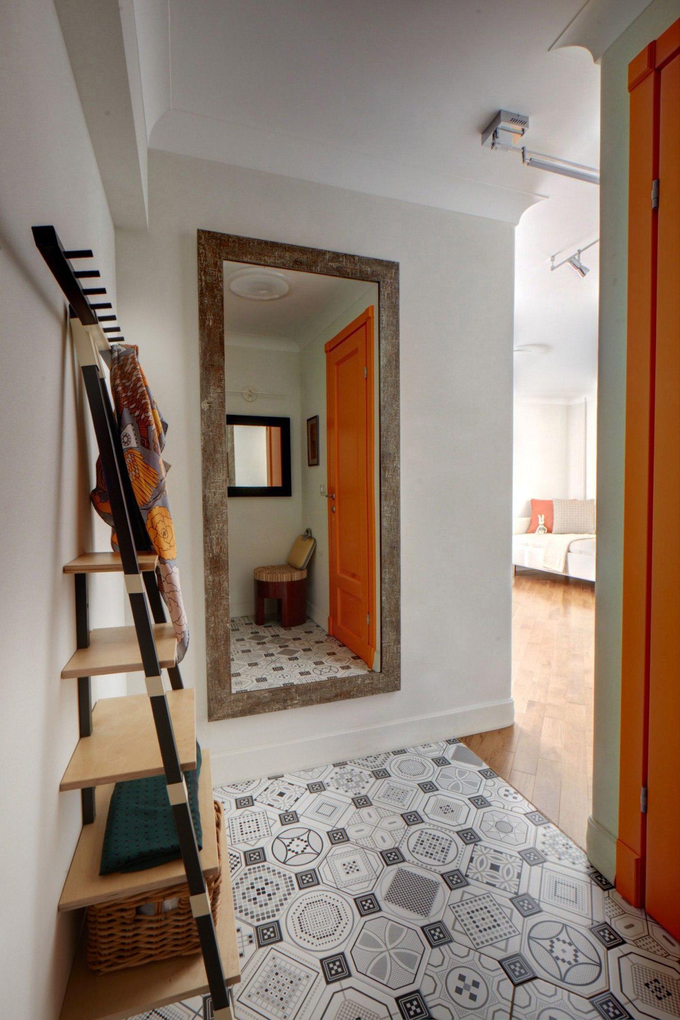 Интерьер квартиры 31 м (с балконом 34 м) в Москве для женщины ученого-богослова.