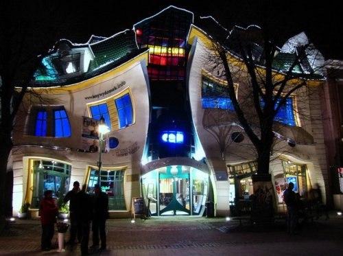 Кривой дом находится в городе Сопот(Польша) на