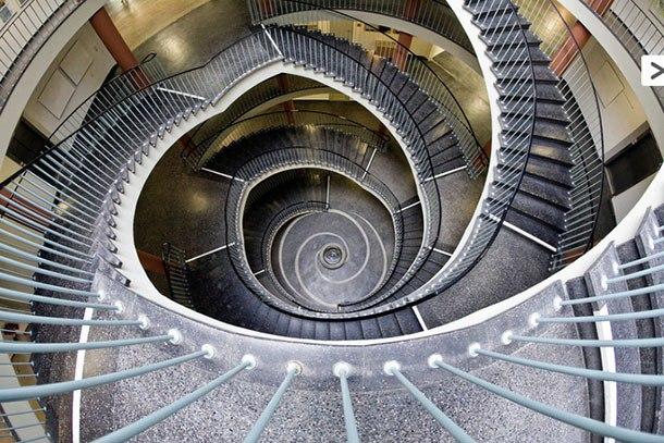 Фото лестниц от Нильса Айсфельда. Фотограф специализируется