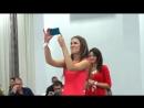 Симпатичная невеста прекрасно поёт песню родителям на свадьбе!