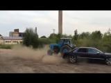 Идиот на ауди против трактора (смотреть до конца)